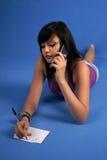 Menina que fala no telefone móvel Fotos de Stock Royalty Free