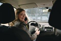 Menina que fala no telefone no carro Imagens de Stock Royalty Free