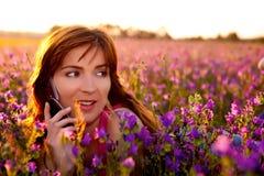 Menina que fala no telemóvel foto de stock