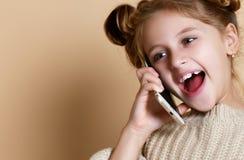 Menina que fala pelo telefone celular, fundo nude fotografia de stock royalty free