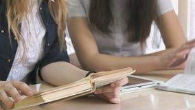 Menina que fala-se e que lança os livros de texto filme