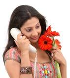 Menina que fala sobre o telefone Foto de Stock Royalty Free
