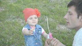 Menina que faz bolhas de sabão na natureza vídeos de arquivo