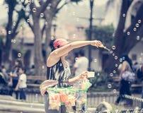 Menina que faz bolhas de sabão no mercado na Guatemala fotografia de stock royalty free