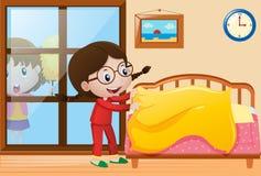 Menina que faz a cama e que espana a janela Imagens de Stock Royalty Free