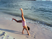 Menina que faz cartwheels Imagens de Stock Royalty Free