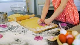 Menina que faz cookies de easter com avó vídeos de arquivo