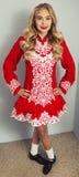 Menina que faz a dança irlandesa no vermelho Fotografia de Stock Royalty Free