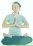 Menina que faz de pernas cruzadas a pose da ioga Foto de Stock Royalty Free