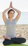 Menina que faz de pernas cruzadas a pose da ioga Imagens de Stock Royalty Free