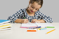 Menina que faz desenhos Imagens de Stock