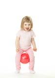 Menina que faz exercícios com uma esfera Imagens de Stock Royalty Free