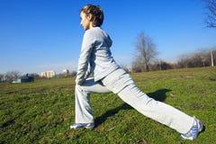 Menina que faz exercícios no parque Foto de Stock Royalty Free