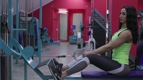 menina que faz exercícios no simulador filme