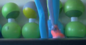 Menina que faz exercícios para os pés na sala da aptidão As meninas fazem exercícios no treinamento da manhã Atleta Doing Exercis filme