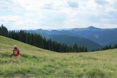 Menina que faz a foto das montanhas Fotos de Stock