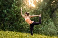 Menina que faz a ioga foto de stock