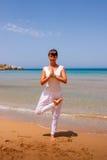 Menina que faz a ioga Foto de Stock Royalty Free