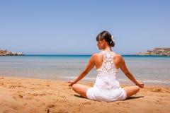 Menina que faz a ioga Imagem de Stock Royalty Free