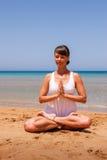 Menina que faz a ioga Fotos de Stock