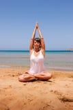 Menina que faz a ioga Imagens de Stock