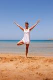 Menina que faz a ioga Fotografia de Stock Royalty Free