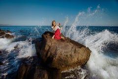 Menina que faz a ioga Oceano no fundo Imagens de Stock Royalty Free