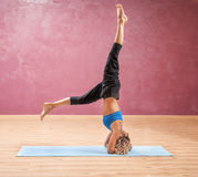 Menina que faz a ioga que está em de cabeça para baixo principal Fotos de Stock Royalty Free