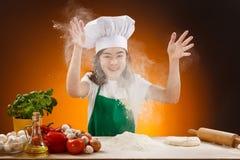 Menina que faz a massa de pão da pizza Imagens de Stock Royalty Free