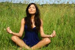 Menina que faz a meditação Fotografia de Stock
