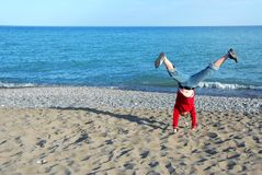 Menina que faz o cartwheel Imagem de Stock Royalty Free