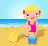 Menina que faz o castelo da areia na praia tropical Imagens de Stock Royalty Free