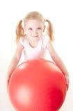 Menina que faz o exercício com esfera fotos de stock royalty free