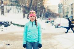 Menina que faz o exercício urbano durante o inverno foto de stock