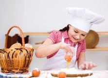 Menina que faz o pão Imagem de Stock