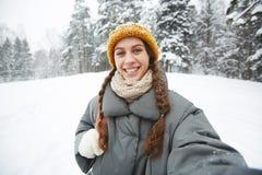 Menina que faz o selfie fotos de stock royalty free