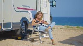 Menina que faz o selfie perto de seu campista Mulher de viagem pela camionete de campista móvel da roulotte rv vídeos de arquivo