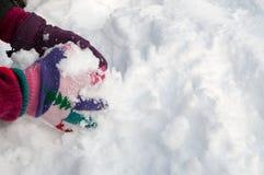 Menina que faz o snowball Fotografia de Stock Royalty Free