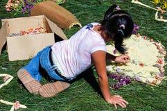 Menina que faz o tapete da Semana Santa, Antígua, Guatemala Foto de Stock