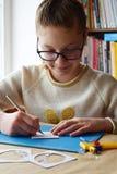 Menina que faz o tunnelbook mola do cartão 3D Equipamento e ferramentas da arte finala para o corte do papel - faca, cortador afi fotos de stock royalty free