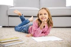 Menina que faz trabalhos de casa Imagens de Stock