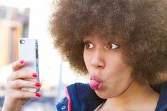 Menina que faz um selfie engraçado imagens de stock