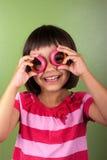 Menina que faz vidros com anéis Imagens de Stock Royalty Free
