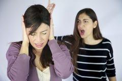 Menina que fecha suas orelhas para não escutar gritos Foto de Stock Royalty Free