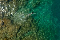 Menina que flutua na água fotografia de stock royalty free