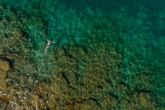 Menina que flutua na água foto de stock royalty free