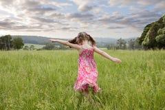 Menina que funciona através da grama longa Imagens de Stock Royalty Free