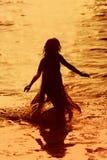 Menina que funciona na água imagem de stock royalty free