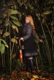 Menina que funciona na floresta enchanted imagens de stock