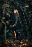 Menina que funciona na floresta enchanted fotos de stock royalty free